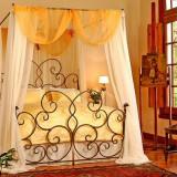 Дизайн в спальне: кровать под балдахином для романтиков