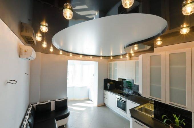 Фигурные потолки в интерьере на кухне